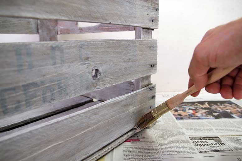 Do It Yourself Tischchen: Holzkiste streichen